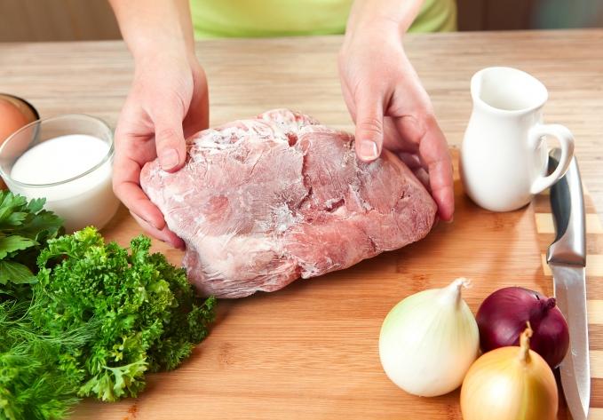 Como descongelar carne mais rápido