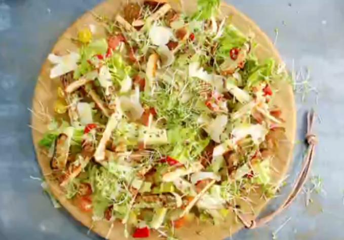 Salada caesar com frango crocante