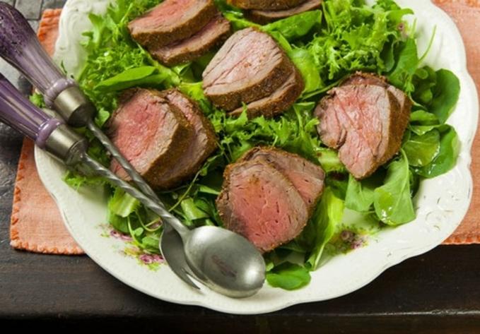 Rosbife com salada verde e molho de tangerina